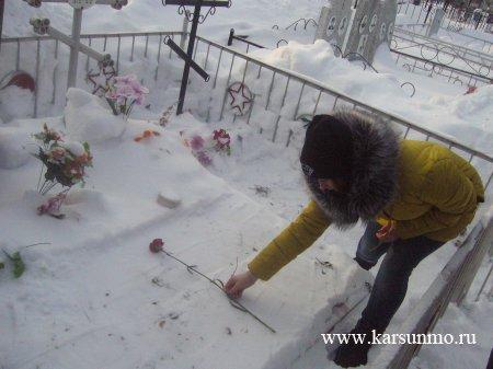Возложение цветов на могилы карсунцев воинов-интернационалистов